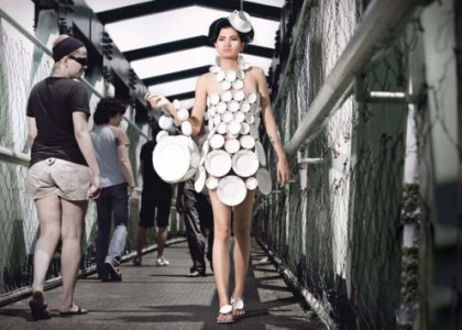 Изображение девушки увешанной посудой