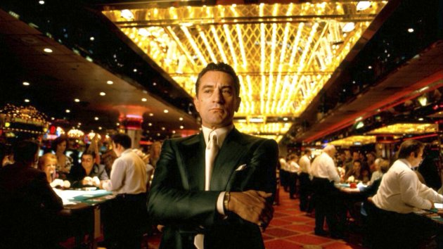 Изображение человека в зале казино