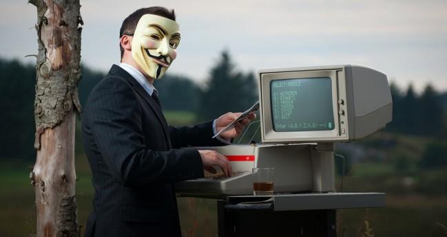 Изображение Анонимуса перед монитором