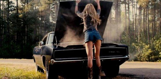 Изображение машины с открытым капотом и девушки возле нее